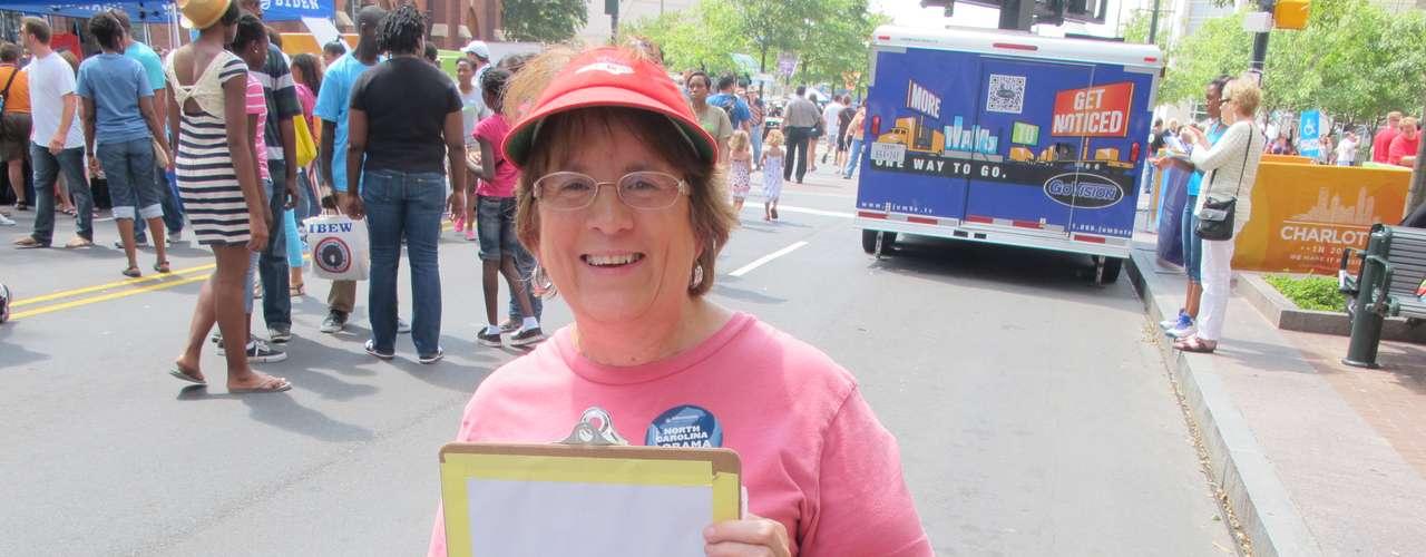 Esta mujer está registrando a ciudadanos para que voten. Como en este país el voto no es obligatorio, la gente debe registrarse para votar.