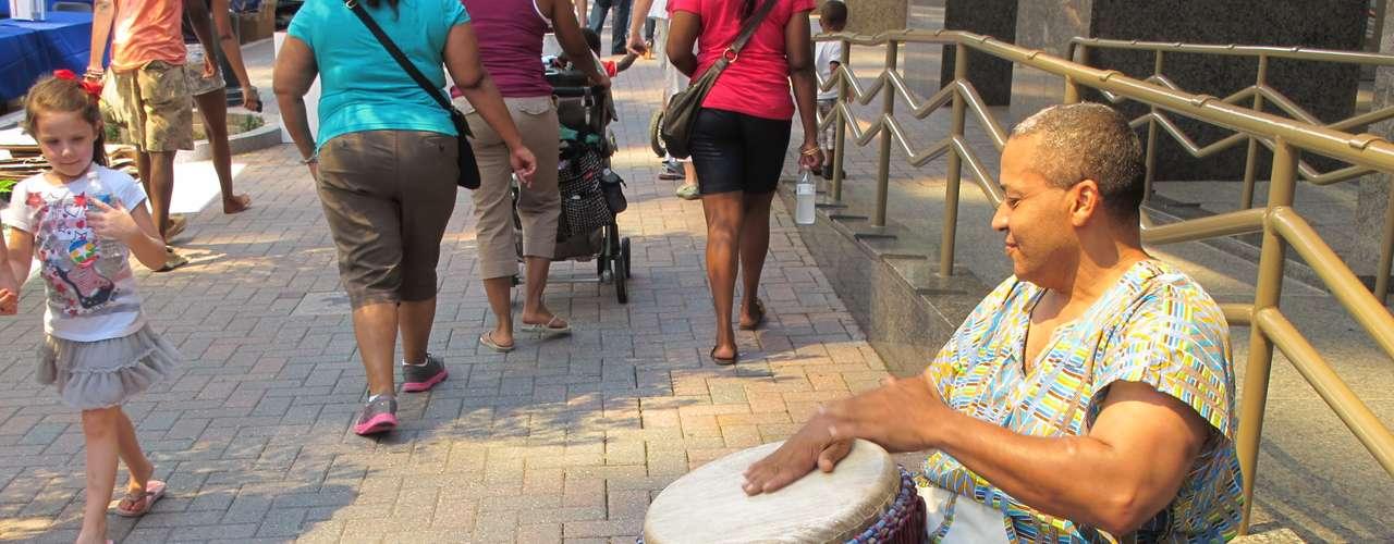 No faltó la música en el CarolinaFest, la menos de mano de esta músico callejero.