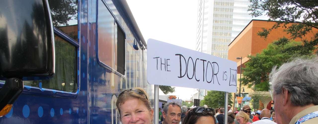 La reforma de salud es un tema central en esta campaña electoral y estos doctores estaban explicando a la gente el plan de Obama, muy cuestionado por los republicanos.