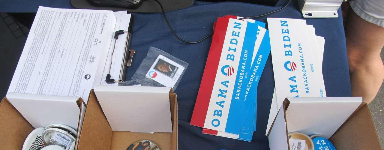 Obama-Biden eran la dupla en los botones que se venden en todos lados.