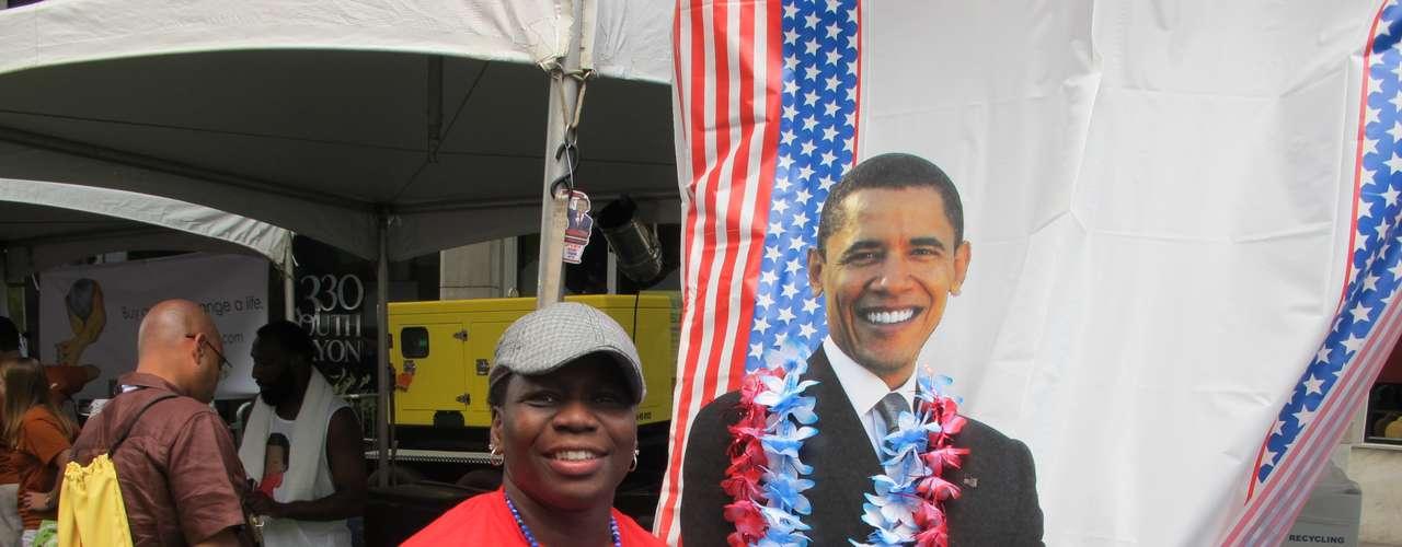 Hablando del presidente, esta mujer no resisitió a sacarse una foto con el mandatario, aún si se trata de una esfinge de cartón.