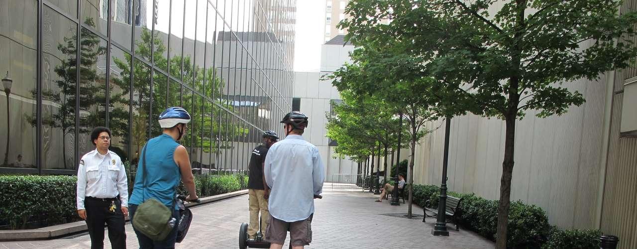 No todos caminaban, como este trío con sus simpáticos duociclos que tan de moda se están poniendo en Estados Unidos.
