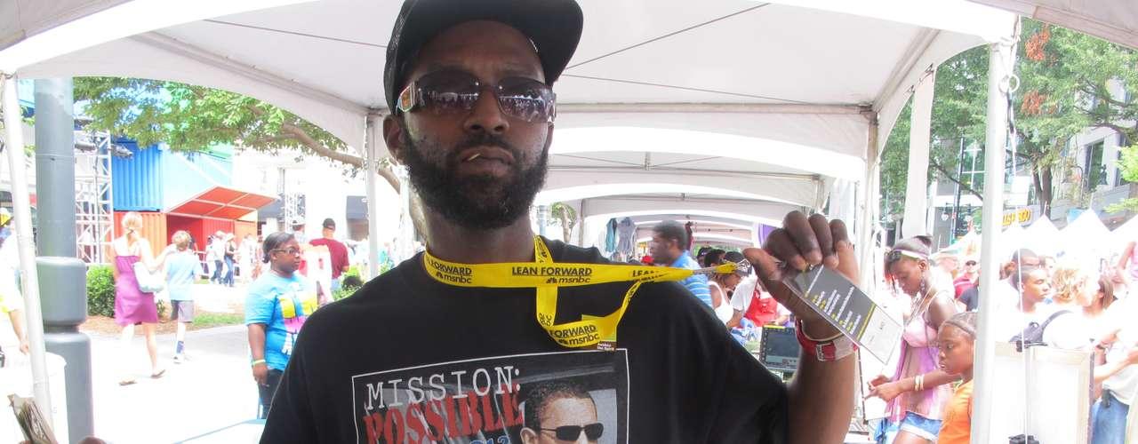Misión Posible, dice la camiseta de este vendedor, presente en la feria.