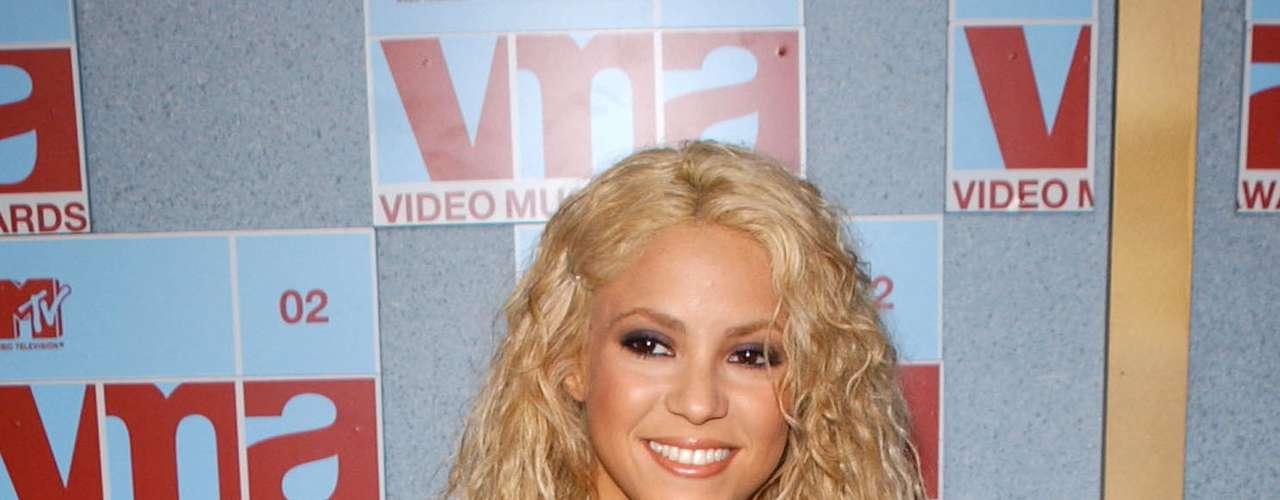 Shakira también ha pasado bochornosos momentos en la alfombra de los VMA. La colombiana lució este atuendo entre colegiala y oficinista en el 2002 que al final de cuentas no supimos de qué se trataba