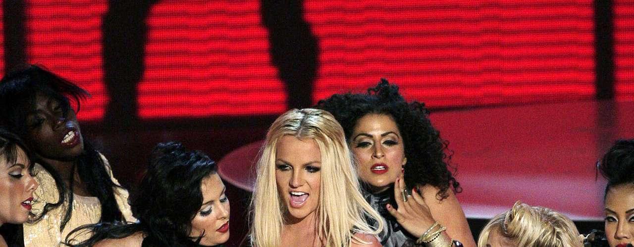 En su regreso a la música en el 2007, Britney abrió el show luciendo desaliñada, fuera de forma y descuidada