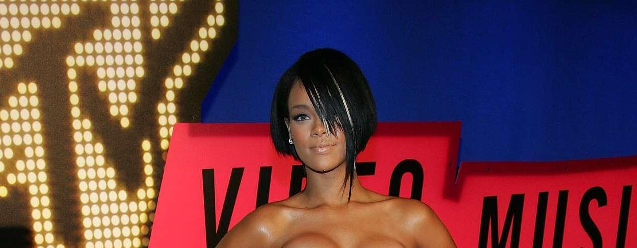 Rihanna quiso impactar con su escote y falsa pechonalidad. Lo único que logró fue ser nombrada de las peores vestidas de la noche.