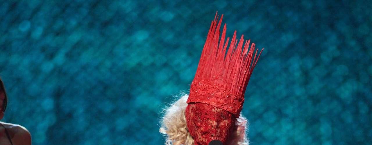 En el 2009 Lady Gaga lució este atuendo que no sabemos cómo llamarlo. El vestido no dejaba ver el rostro de la cantante pero ella lo lució orgullosa todo en nombre de la moda