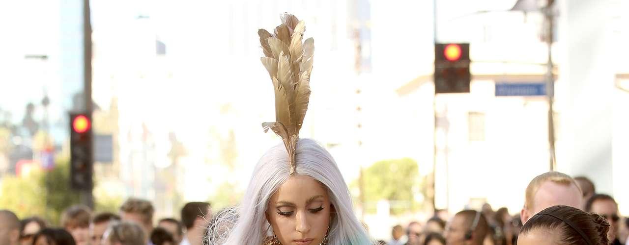 Lady Gaga quiso marcar tendencia y verse diferente a todos los asistentes aún si implicaba que no pudiera caminar