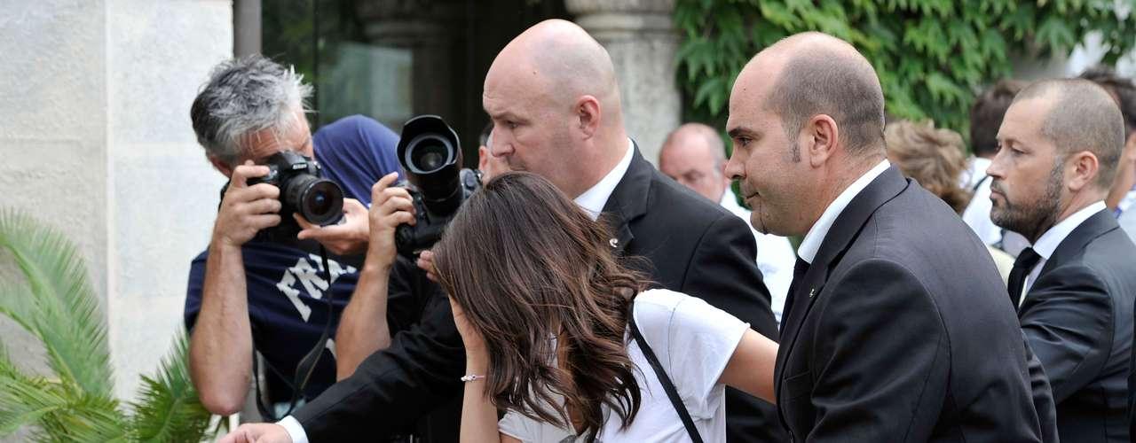 Selena Gomez llegó al festival de cine de Venecia. La actriz lucía un poco desaliñada, cubriendo sus ojos con unas gafas oscuras y una sonrisa un poquito fingida. ¿Será que anda triste porque Justin no la acompañó?