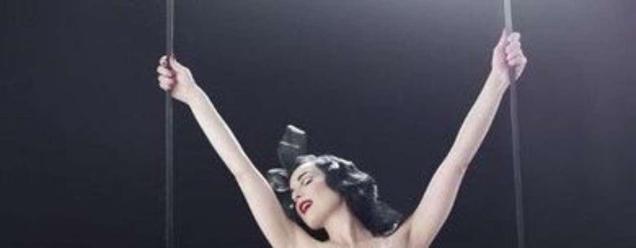 Dita Von Teese es conocida como la exesposa de Marilyn Manson y ha decidido diversicar  su negocio entrando en el mundo de las fragancias. Esto no es para niñas pequeñas. Esto es para mujeres adultas, declaró la artista.