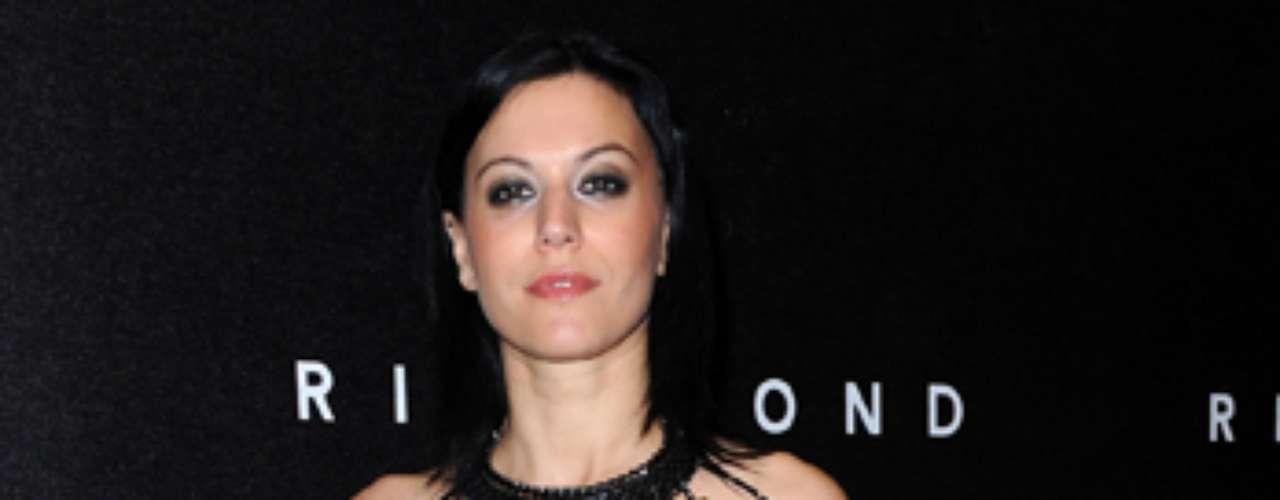 Cristina Scabbia, una fémina ruda, que canta en el grupo metalero Lacuna Coil, tiene también un lado glamuroso y atractivo, razones suficientes para cerrar el top 10 de las rockeras más deseadas.
