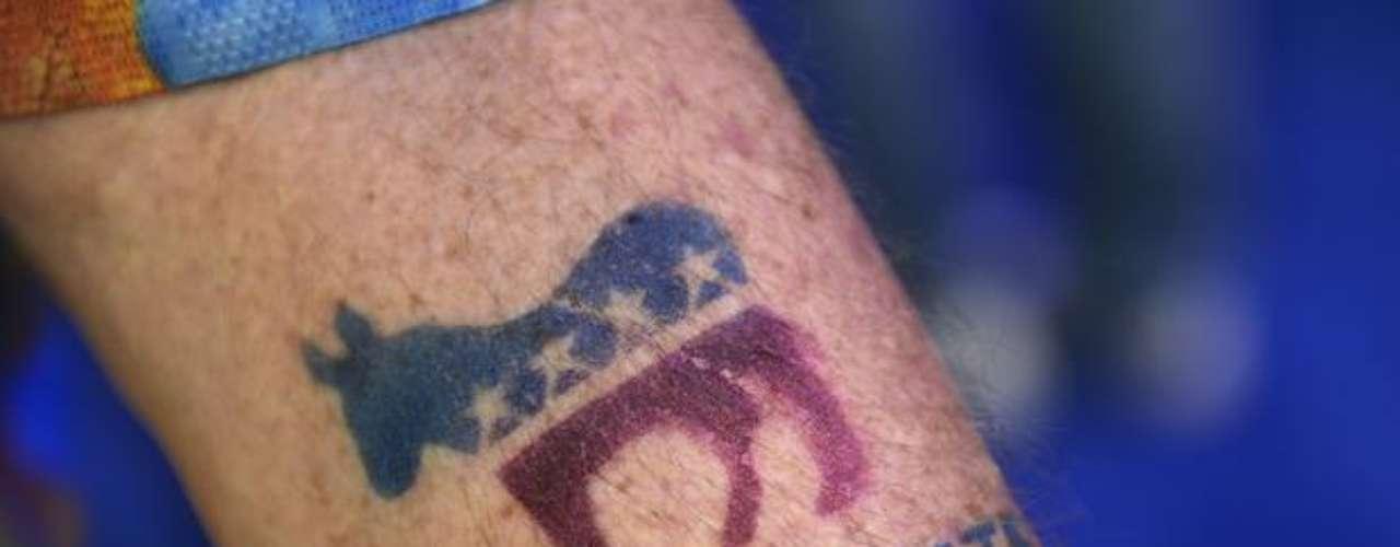 Un hombre exhibió su tatuaje con el símbolo del Partido Demócrata.
