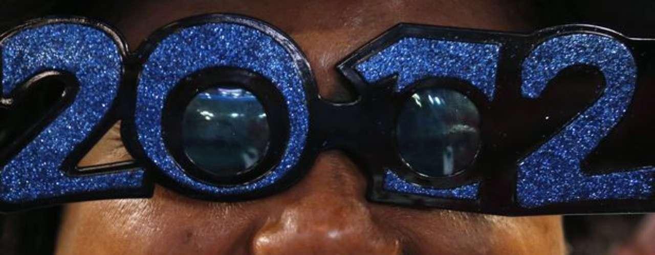 Una partidaria se lució en la convención usando unas divertidas gafas con los colores del partido demócrata.