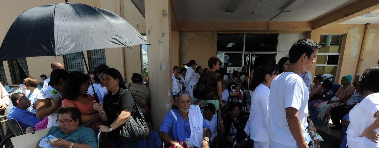 Pacientes del Hospital Calderón, en la ciudad de San José, han sido evacuados tras el terremoto.