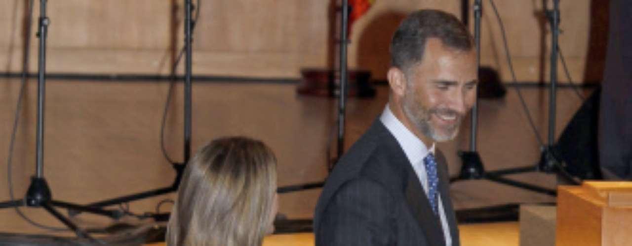 El príncipe y Letizia han vuelto al trabajo bronceados y muy sonrientes.