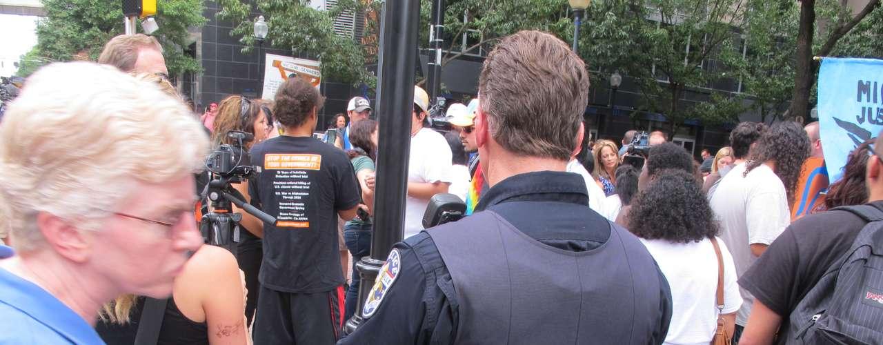 El acto público fue seguido de cerca por los agentes de policía que prácticamente tenían la esquina acordonada.