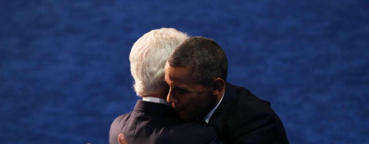 Cuando Clinton terminó con su discurso, apareció Barack Obama en el escenario y ambos se fundieron en un abrazo fraternal. Sin dudas, fue la imagen de la noche.