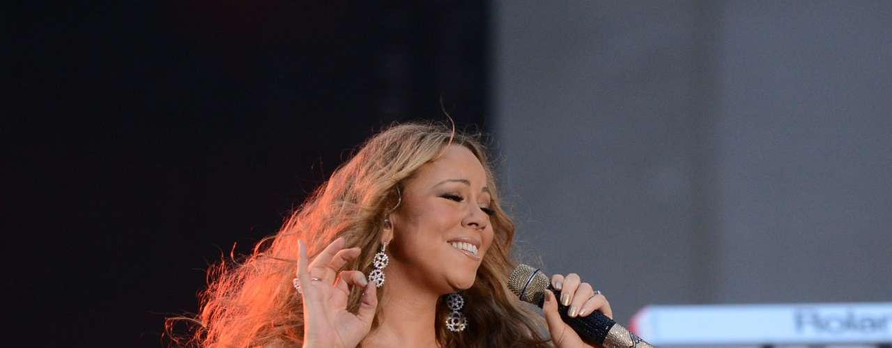 Los fanáticos pudieron gozar con las curvas de la diva sobre el escenario.