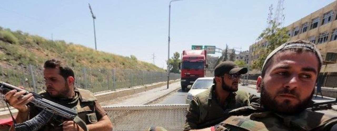 Las tropas del régimen sirio, apoyados por artillería y aviones de guerra, lucharon en varios frentes rebeldes miércoles. El enviado especial de la ONU, Lakhdar Brahimi, calificó la cifra de muertos como \