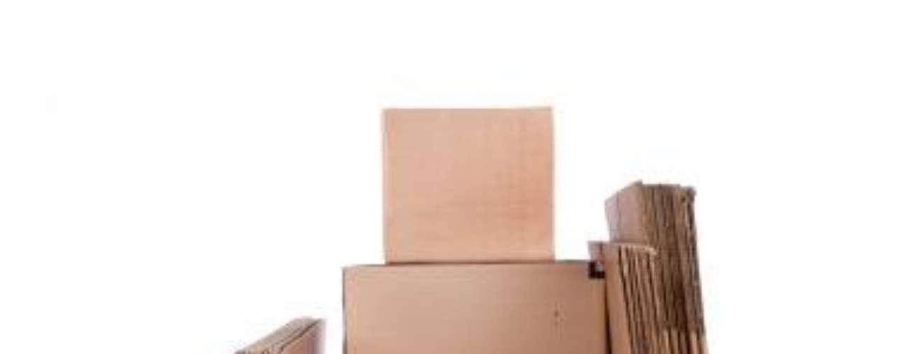 Paso 2:Consigue todas las cajas de cartón de distintos tamaños que puedas al igual que varios rollos de cinta. Si contratas una empresa de mudanzas, pregúntales si prestan cajas. No olvides guardar unas cuantas para artículos de último momento como ropa, utensilios de limpieza, comida de la nevera, colchas y demás.