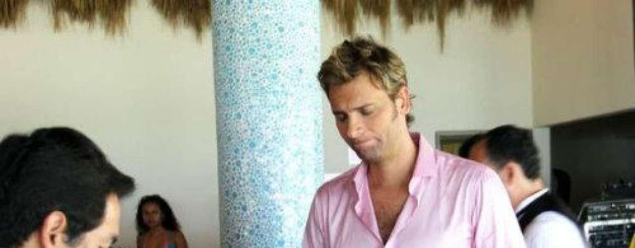 Él interpretará a 'Cristian', el mejor amigo de 'Alessandro' (José Ron) y abogado de la familia 'Castelot'.Ariadne Díaz entre meros machos en 'La Mujer Del Vendaval'