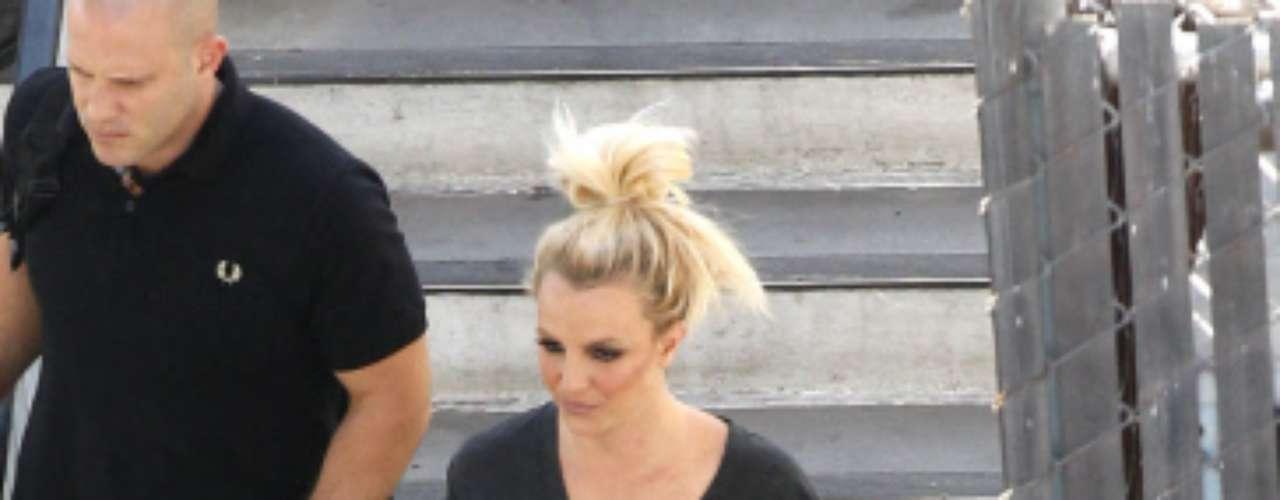 Britney Spears se siente cómoda con sus botas de 'cowboy' mientras graba su nuevo video clip. Con sus shorts del mismo color hace el mix perfecto.