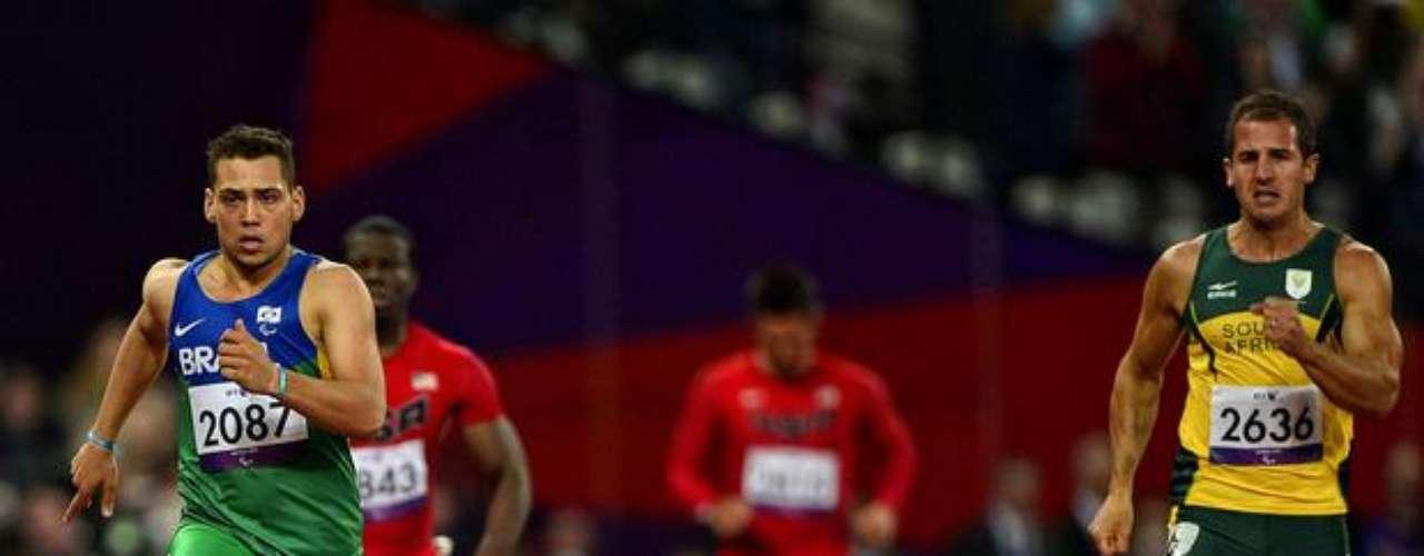Un brasileño y un sudafricano disputan una prueba de atletismo en el Estadio Olímpico.