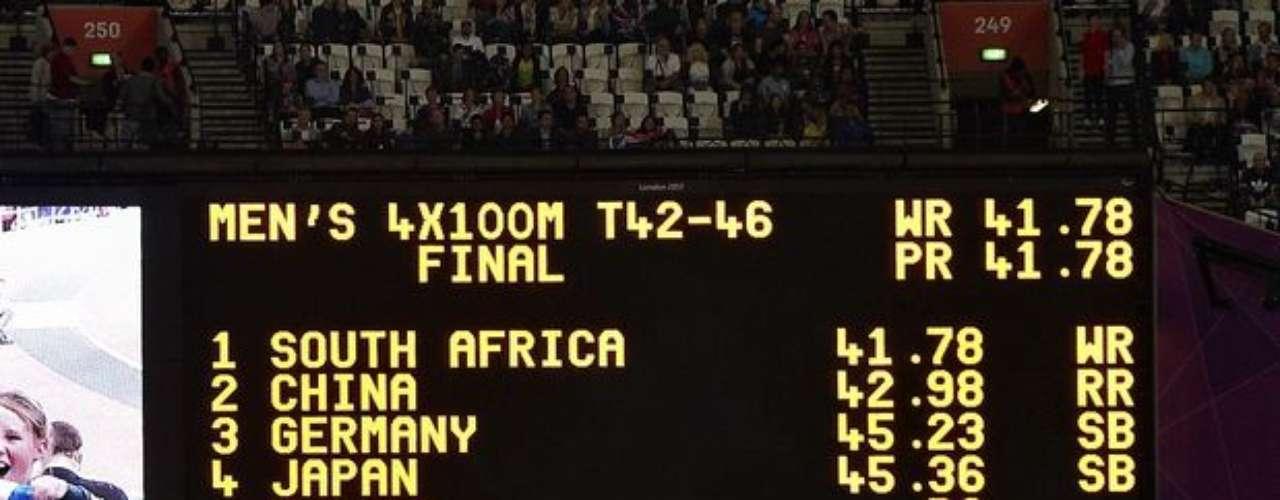 El marcador del Estadio Olímpico muestra los resultados de la final del relevo 4x100 m, señalando la descalificación de Brasil, Estados Unidos y Francia.