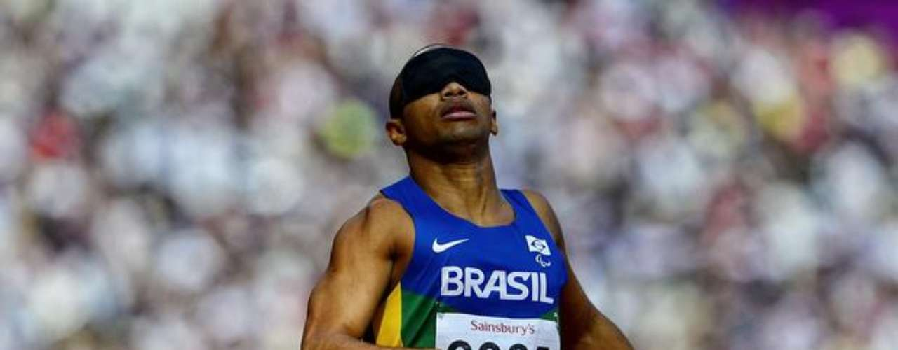 Felipe Gomes, de Brasil, conquistó la medalla de oro en la prueba de los 200 m T11, con un tiempo de 22s97.