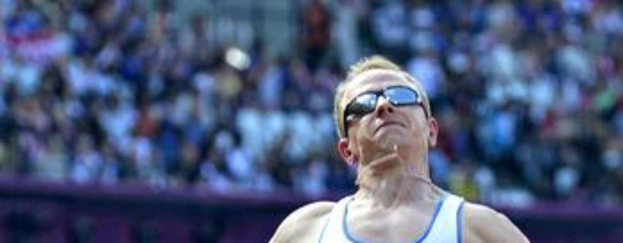 El griego Athanasios Barakas participa del salto de longitud F11. El atleta quedó en 10° puesto.