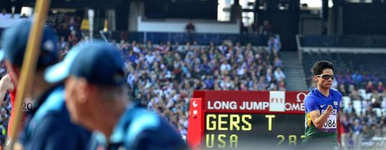Integrantes del equipo de la organización observa las competiciones de atletismo en los Paralímpicos de Londres.