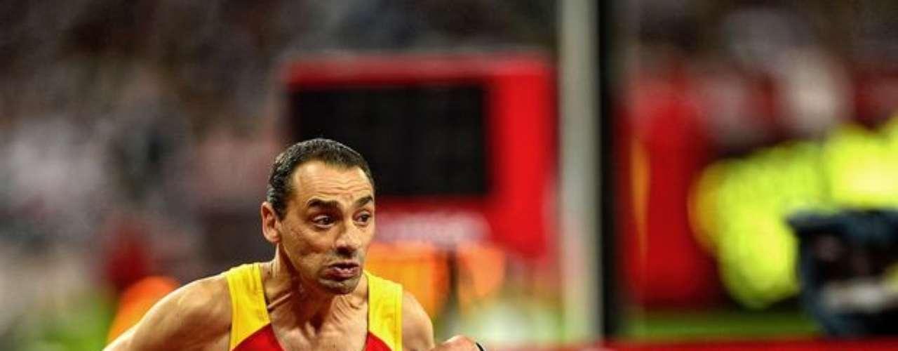 Un veterano atleta corre en la pista del Estadio Olímpico de Londres.