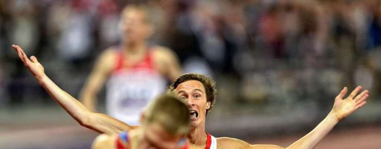 Un atleta británico festeja el término de la prueba de los 4x100 m.