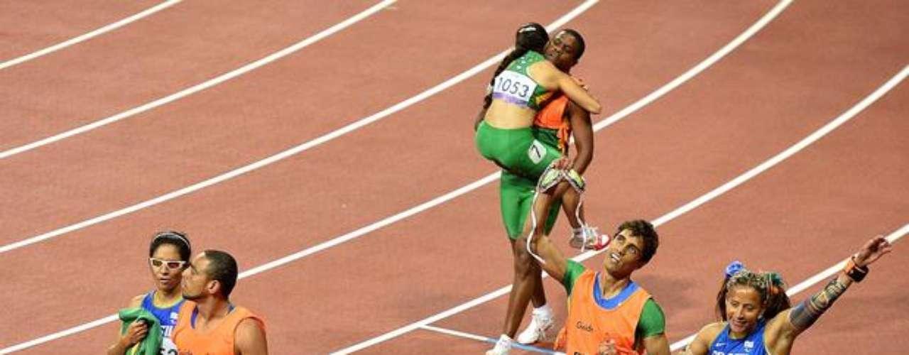 Las brasileñas Jerusa Santos (centro) y Jhulia Santos (izq) se llevaron las medallas de plata y bronce, respectivamente, en la prueba de los 100 m T11.