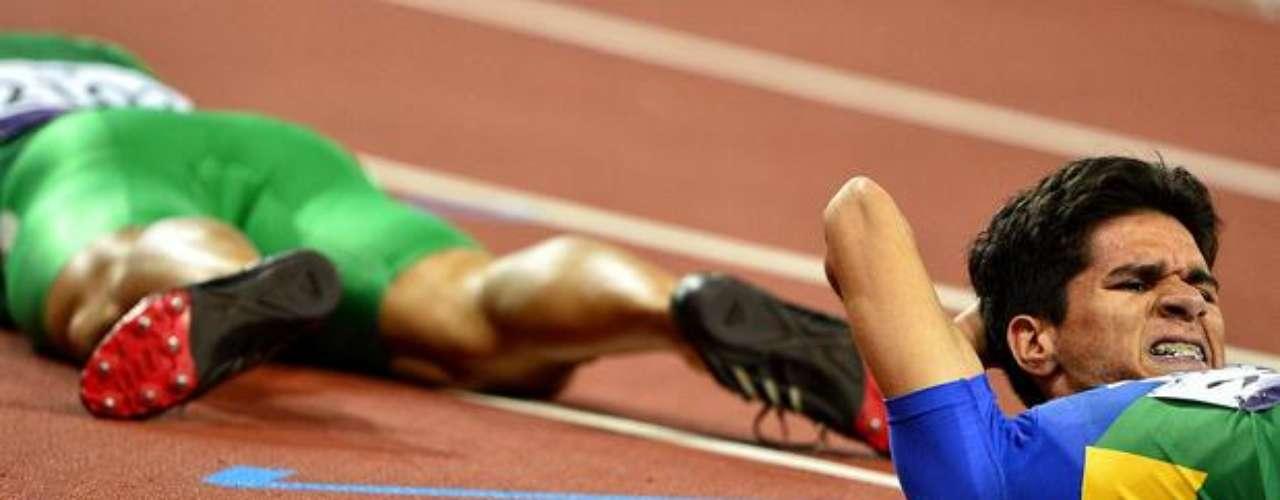 El brasileño Yohansson Nascimento se acuesta en el piso al final de la carrera de los 400 m T46.