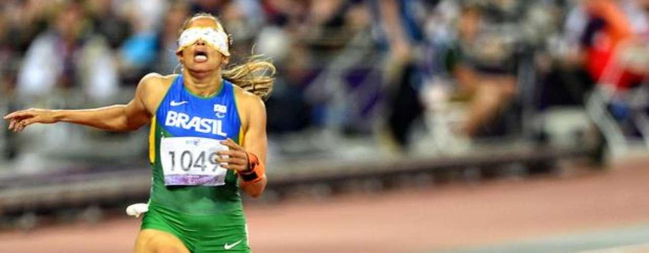 El guía de la brasileña Terezinha Guilhermina sufre una lesión y se cae durante la final de los 400 m T12.
