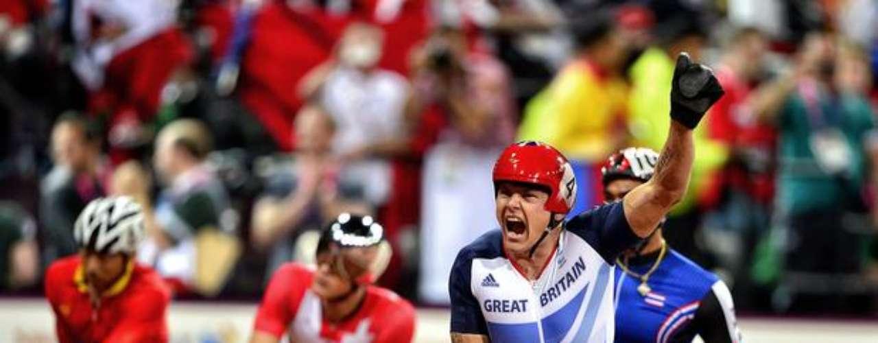 El británico David Weir muestra su alegría al conquistar la medalla de oro en los 1500 m.