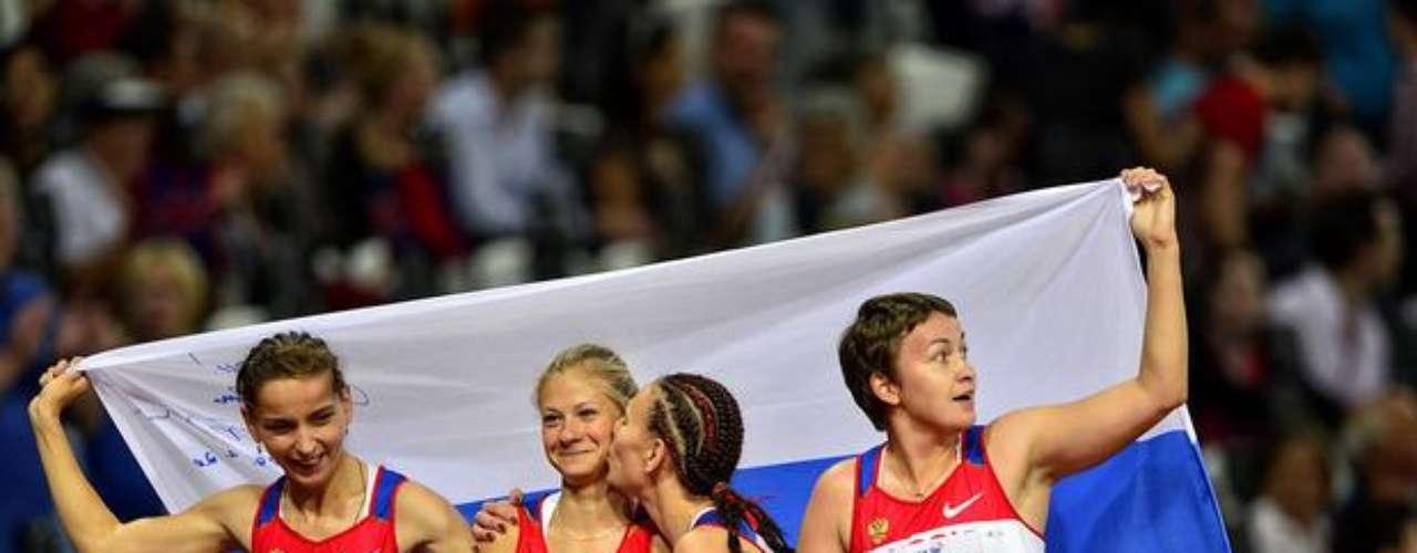 Las atletas rusas festejan la medalla de oro en el relevo 4x100 m T35/T38.