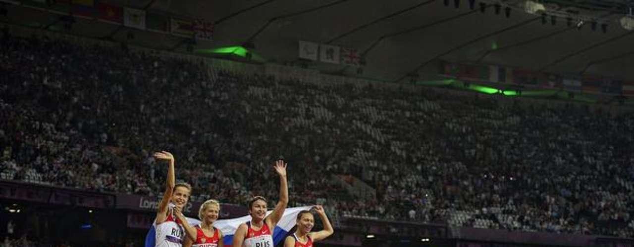 Medallistas de oro en el relevo 4x100 m, las rusas saludan a los espectadores presentes en el estadio.