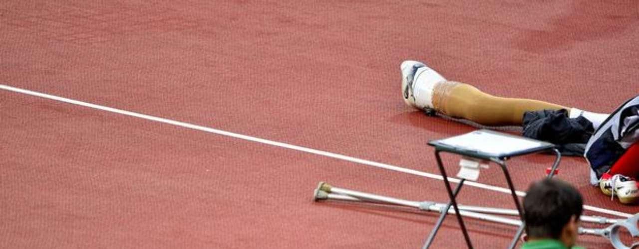 Un atleta brasileño descansa entre muletas y prótesis.