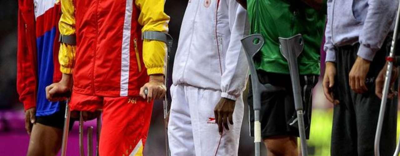 Antes de participar de las competiciones, algunos de los atletas con amputaciones llegan al estadio sin sus prótesis.