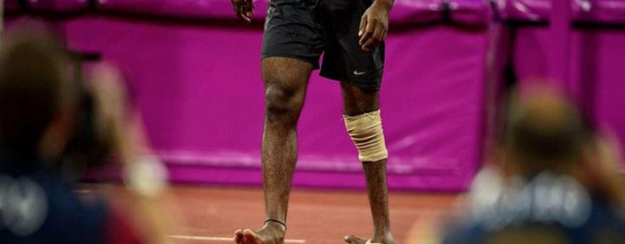 Atletas con problemas físicos se sacan los zapatos para relajarse entre las pruebas.