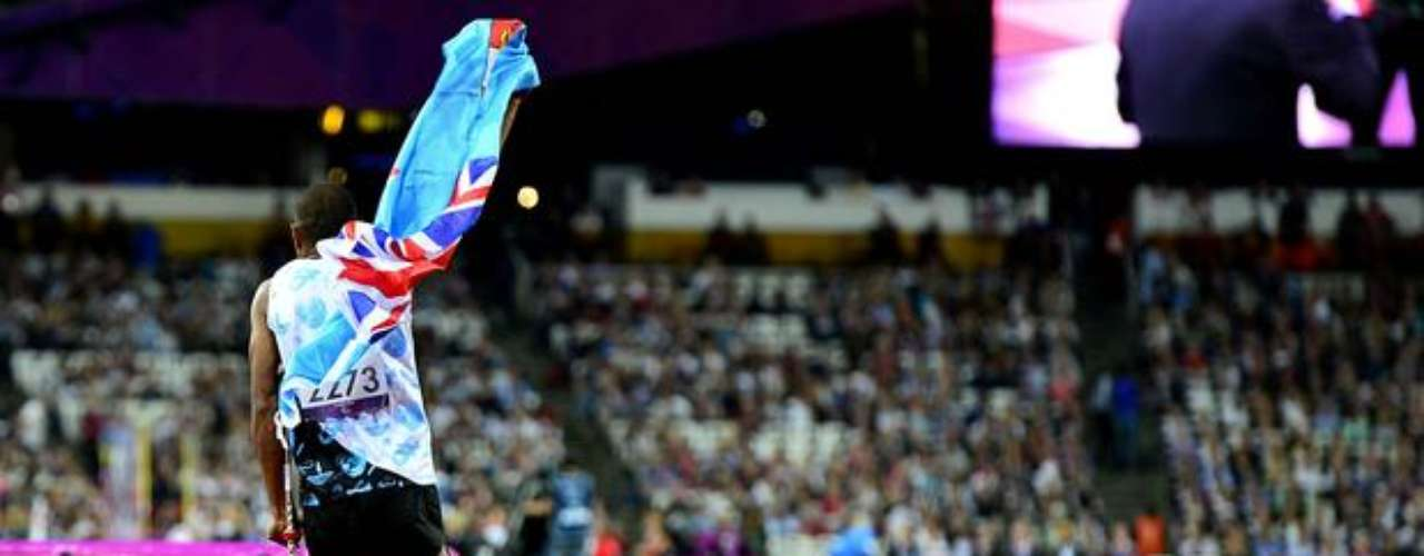 Iliesa Delana, de Fiyi, vibra tras conquistar la medalla de oro en la prueba de salto de altura.
