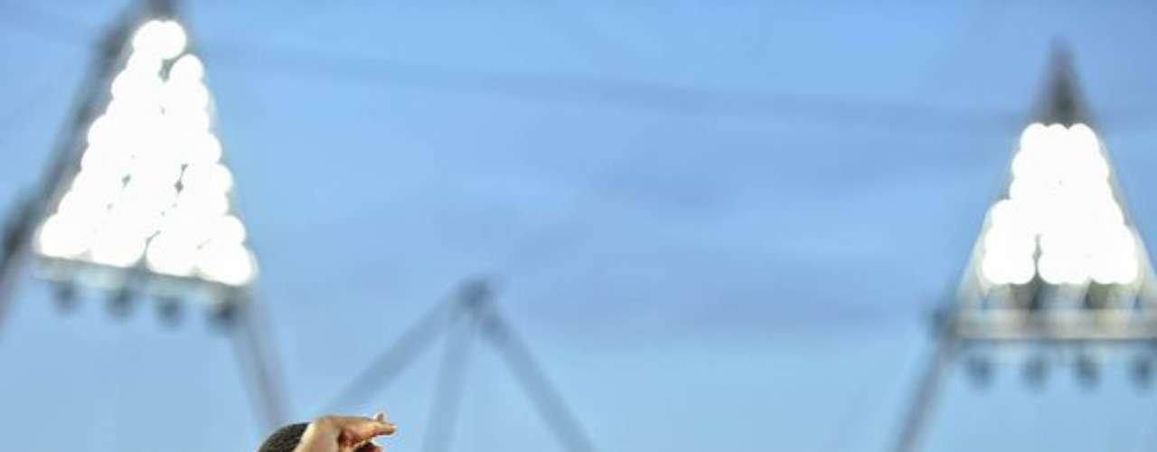 Un corredor sudafricano saluda al público que llenó el Estadio Olímpico de Londres en las pruebas de atletismo.