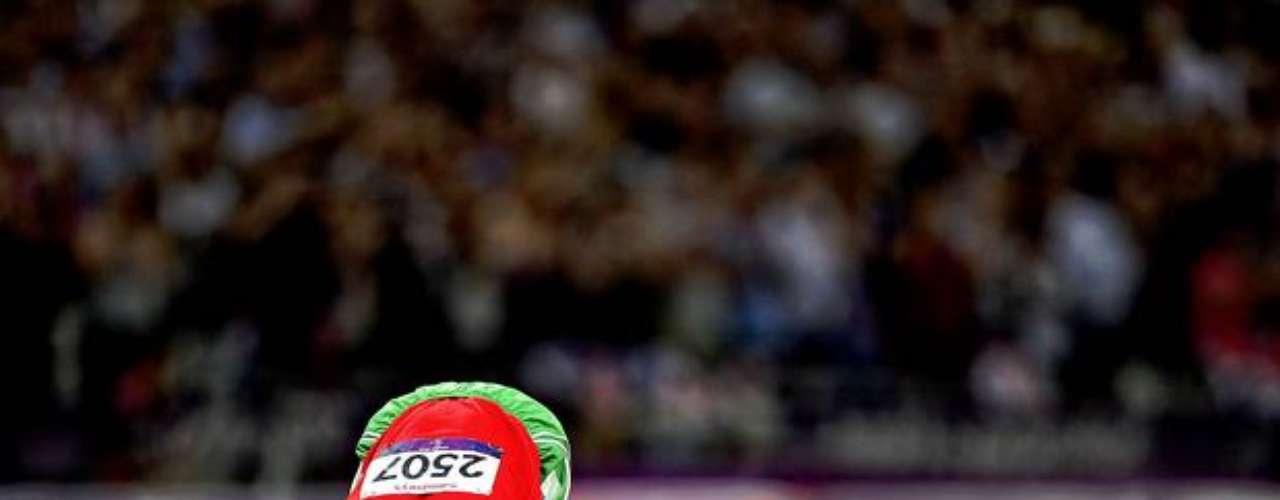 Este atleta festeja su clasificación besando la pista del Estadio Olímpico de Londres.