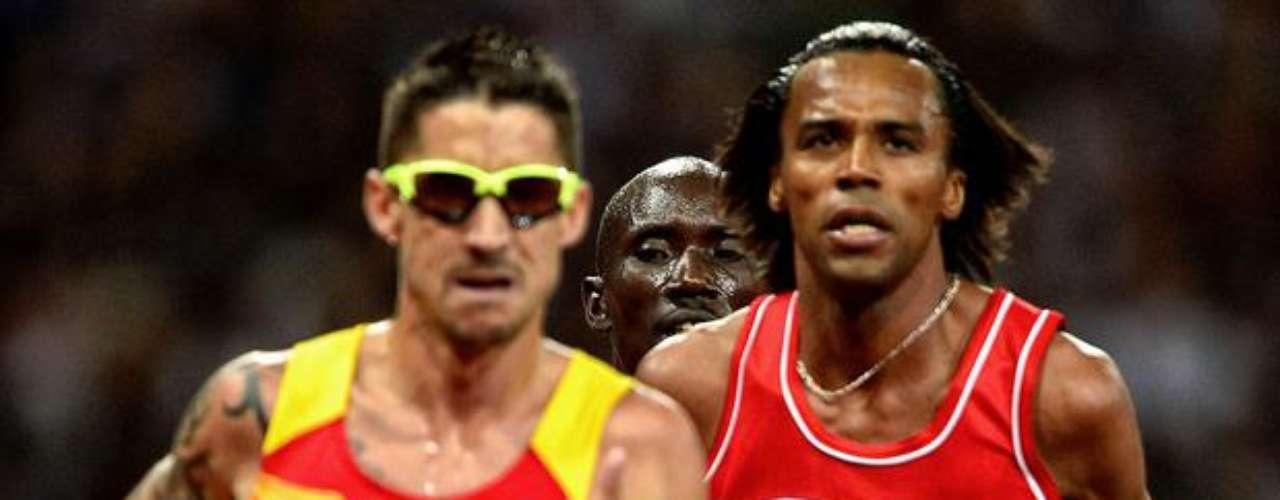 Con anteojos amarillos, este atleta exhibe su brazo derecho tatuado durante la competición.