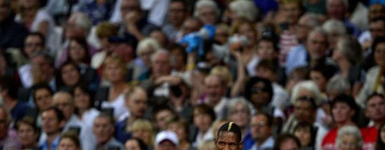 Este sudafricano exhibe su peinado diferente en el Estadio Olímpico de Londres.