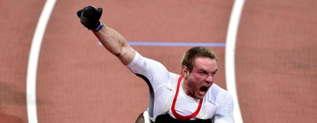 El británico David Weir celebra la medalla de oro en los 1500 m.