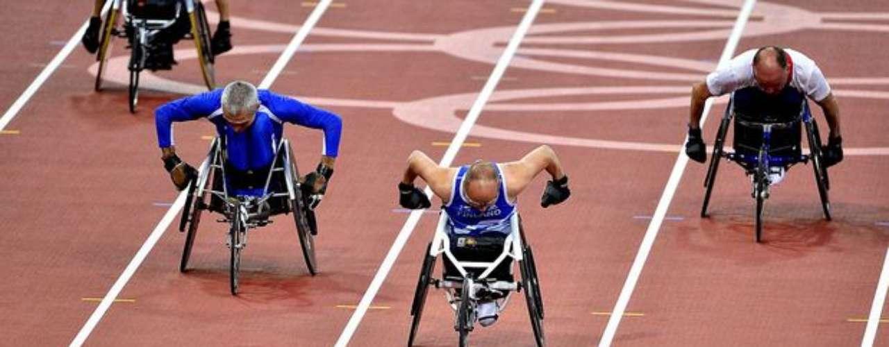 En silla de ruedas adaptadas, como si fueran un triciclo, los deportistas aceleran durante la competición.