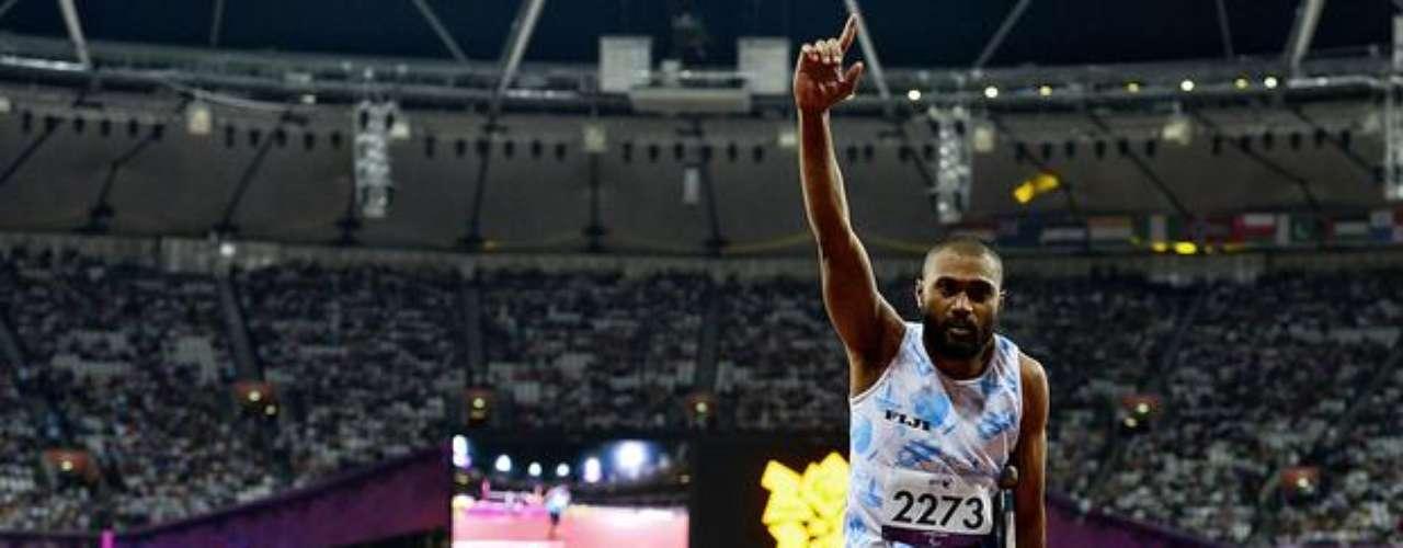 El atleta fiyiano se apoya en su muleta para saltar de alegría, tras haber conquistado una medalla de oro en la prueba de salto de altura.
